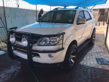 Pre-owned Toyota Fortuner 4l v6 for sale in